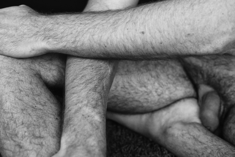 Nu masculin série No Man's Land corps homme en noir et blanc