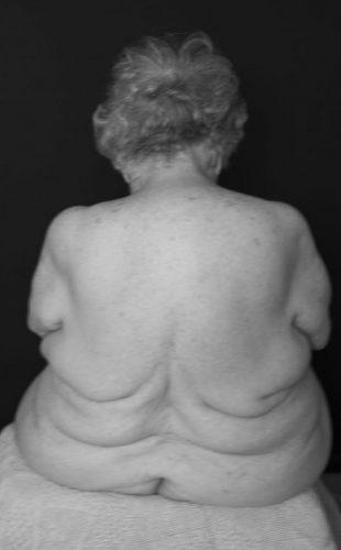 Abuela, un hommage au corps nu de ma grand mère centenaire. Une performance réalisée sur 4 années par Carol Letanneur photographe d'art Montpellier et Palavas